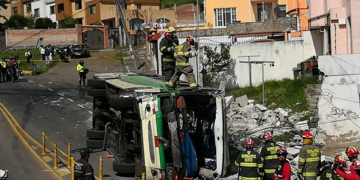 Autoridades revelan detalles de la licencia, matrícula y revisión vehicular del bus accidentado en Conocoto