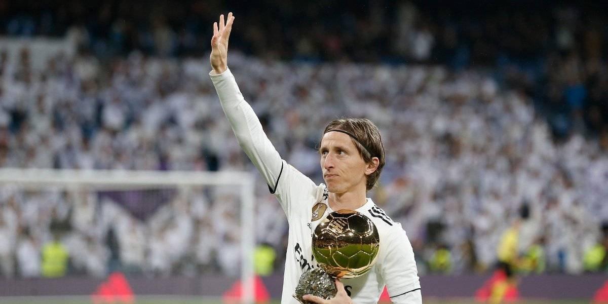 Luka Modric presenta el Balón de Oro a la afición del Madrid