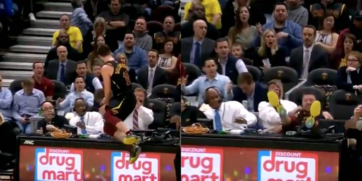 VIDEO: Jugador de Cavaliers tira a comentarista en transmisión en vivo