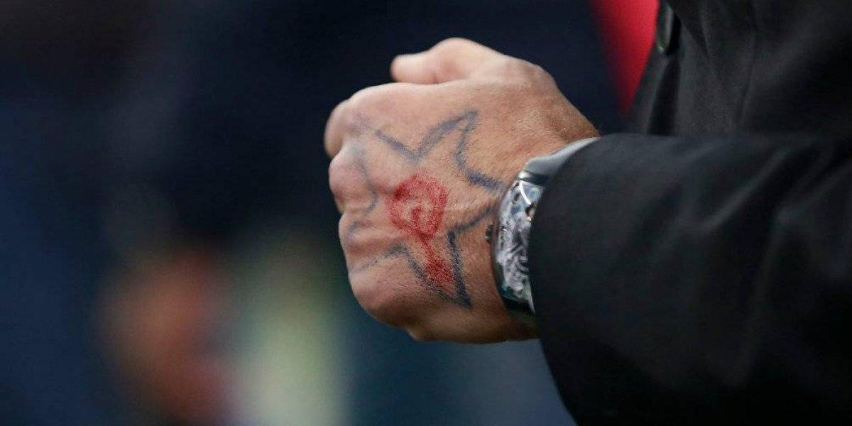 Jugadores de Cruz Azul se pintan un símbolo de fe en la mano