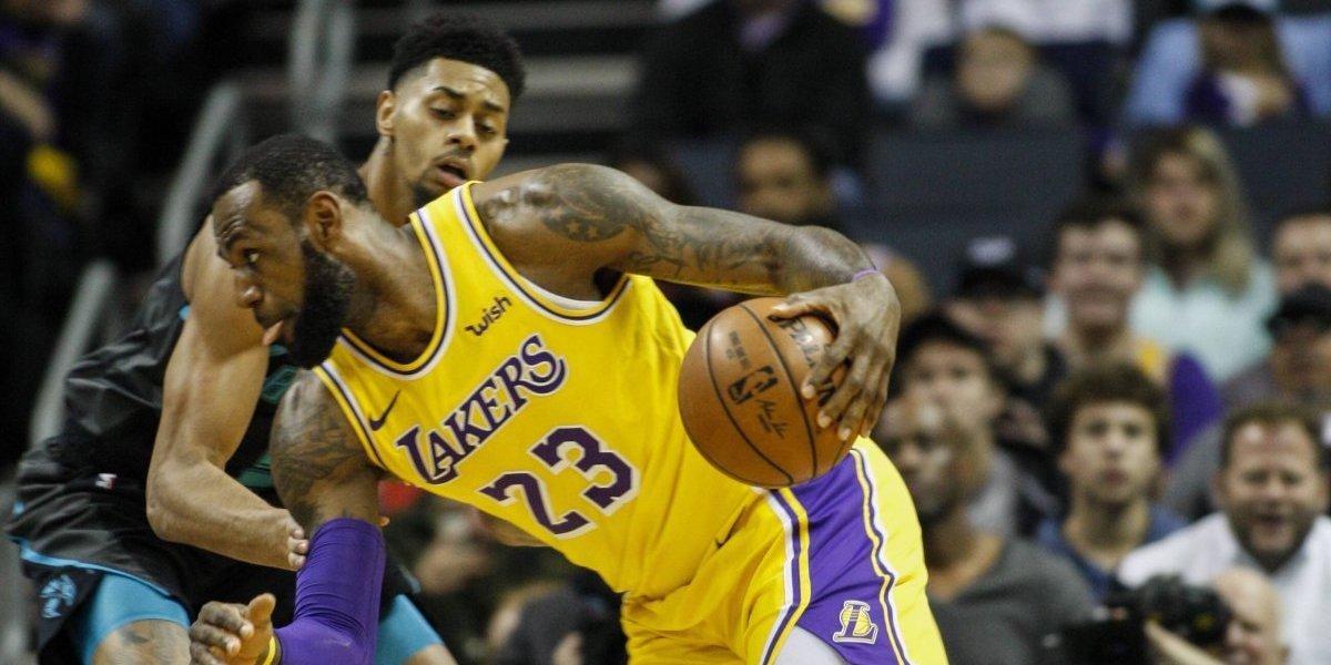 LeBron y Lonzo Ball registran dos triple doble para apalear a Hornets