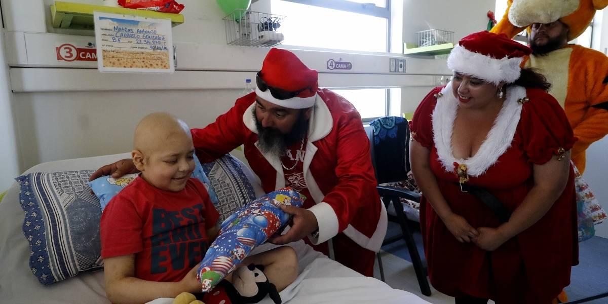 El viejito pascuero se bajó del trineo y se subió a una moto para visitar a niños del Hospital San Juan de Dios