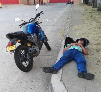 Este hombre reclamó la prima, se emborrachó y luego se quedó dormido en un andén