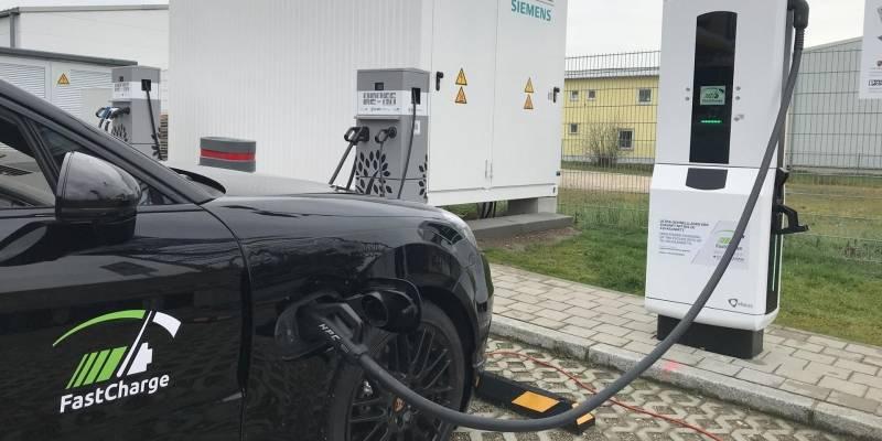Porsche y BMW presentan cargador para coches eléctricos que ofrece 100 km de autonomía en solo 3 minutos