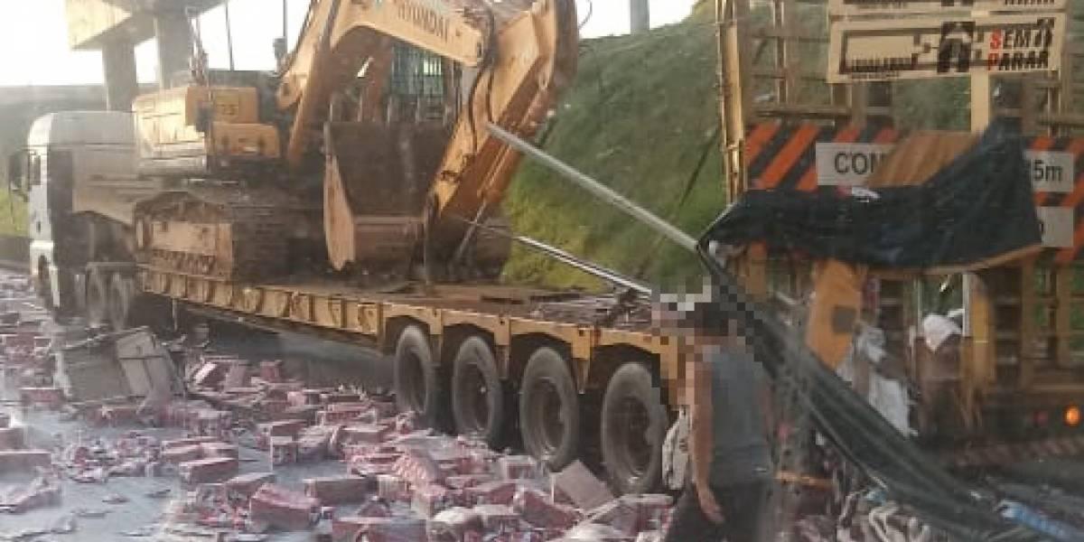 Caminhão derruba carga de leite e interdita faixas na rodovia Fernão Dias