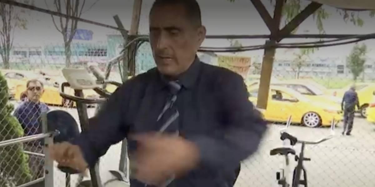 El taxista que aprovecha los trancones de Bogotá para celebrar la novena