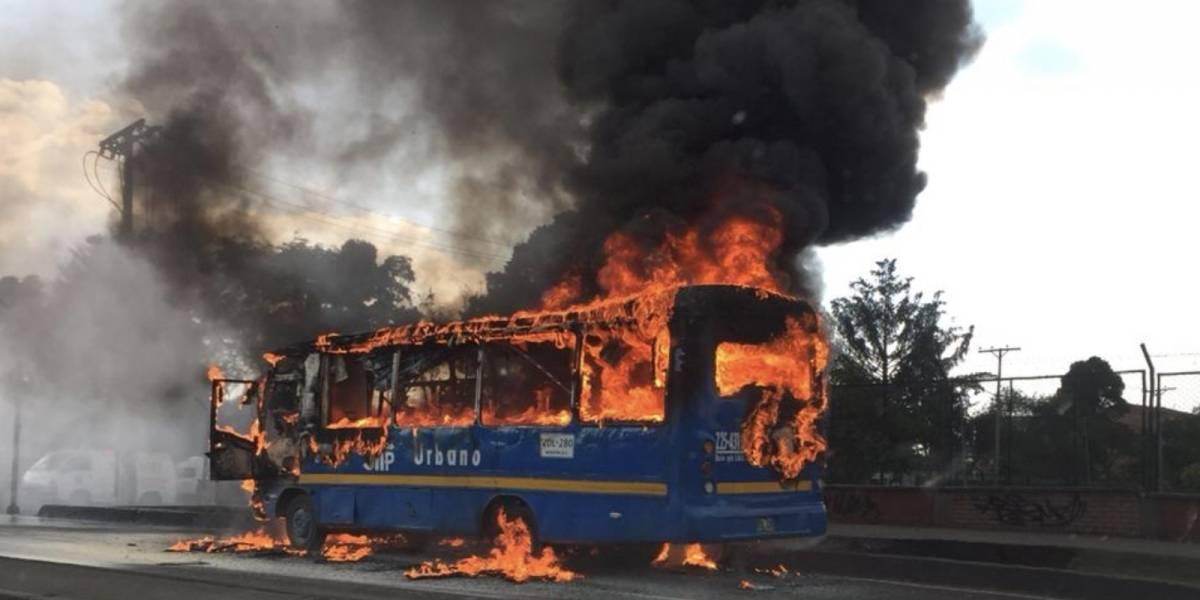 Cortocircuito provocó el incendio de un bus del Sitp frente a Salitre Mágico