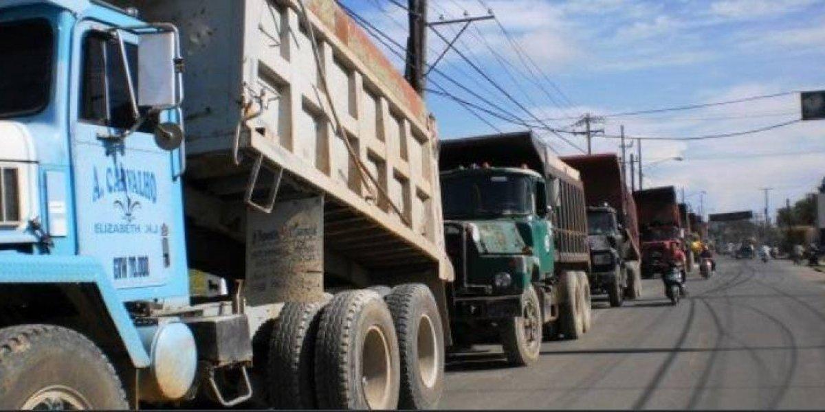 Fenatrado paraliza transporte de carga a obras del Estado por deuda
