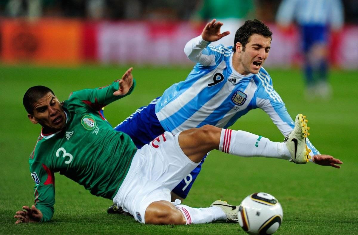 Carlos Salcido barre a Gonzalo Higuaín Getty Images
