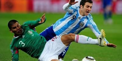 Carlos Salcido barre a Gonzalo Higuaín