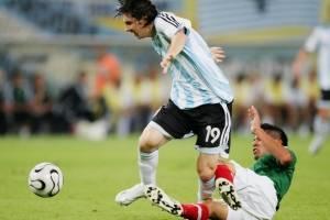 Carlos Salcido contra Messi