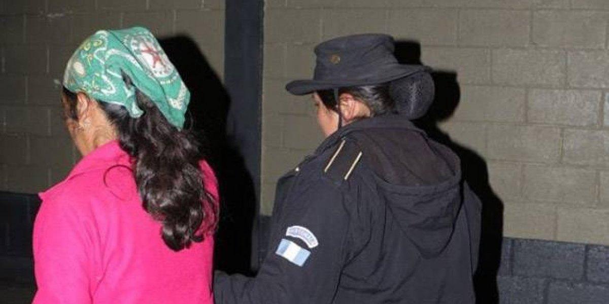 Mujer es capturada tras lanzar a su bebé en una fosa séptica