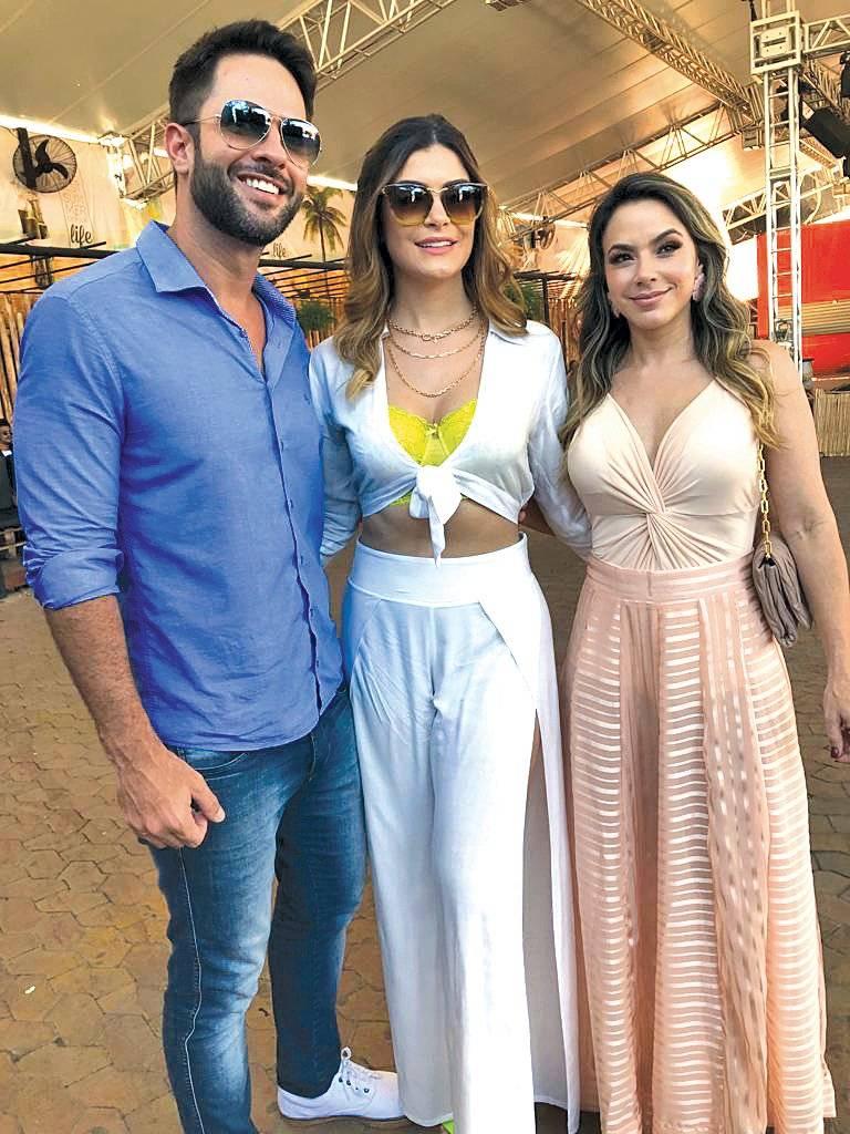 Na última seletiva do Miss ES 2019, Paulo e Karla Lessa com a coordenadora do concurso no estado, Nabila Furtado Divulgação