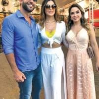Na última seletiva do Miss ES 2019, Paulo e Karla Lessa com a coordenadora do concurso no estado, Nabila Furtado