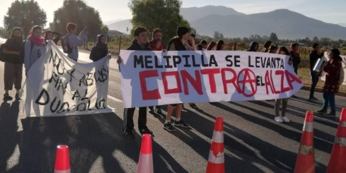 """El drama de las ciudades dormitorio: Vecinos de Melipilla y Talagante acusan """"colusión y monopolio"""" por alza de pasajes a Santiago"""