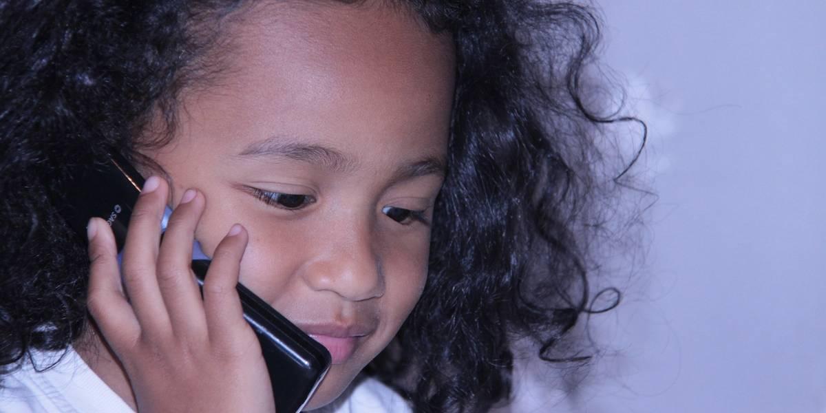 Criança liga para a polícia porque não sabe acessar o YouTube