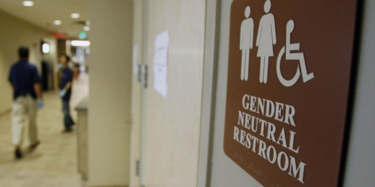 Subdirector escolar acusado de insultar a alumno transgénero