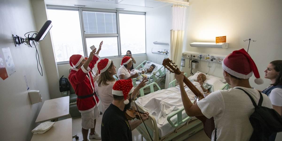 Voluntários do Instituto do Câncer de SP surpreendem pacientes com música e presentes; veja galeria de fotos