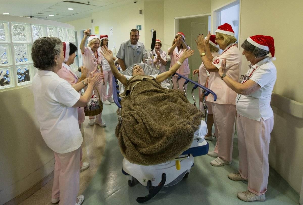 O paciente Ronaldo Barrio celebra junto com os voluntários André Porto/Metro