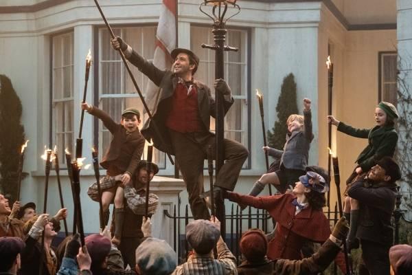 """Lin-Manuel Miranda, centro, y Emily Blunt en una escena de """"Mary Poppins Returns"""" en una imagen proporcionada por Dinsey."""
