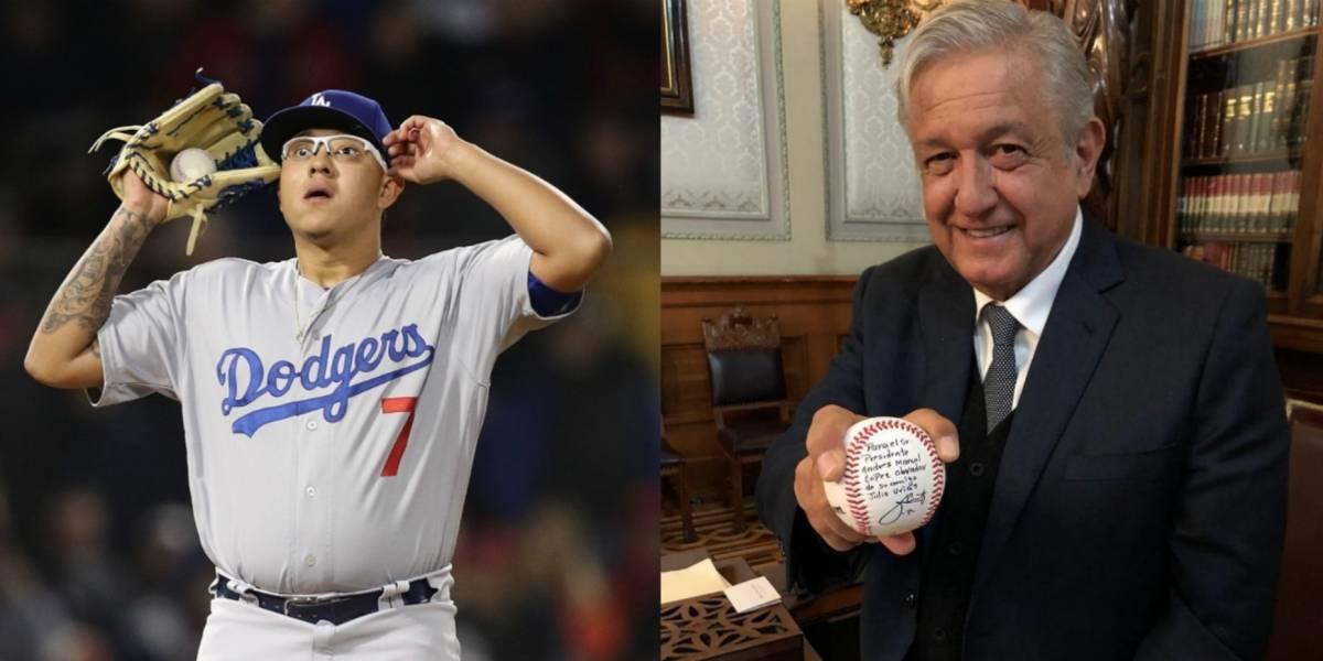Julio Urías regala pelota de beisbol a AMLO