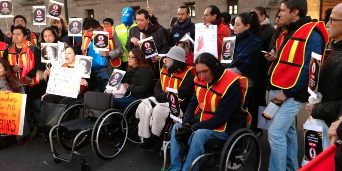 Protestan colectivos, activistas y ONGs frente a Palacio Nacional