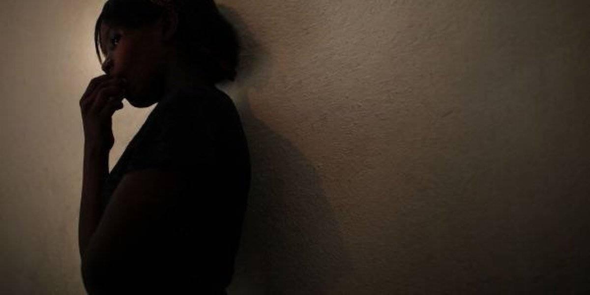 Encerró a su esposa en el sótano y cobraba 5 dólares para que la violaran
