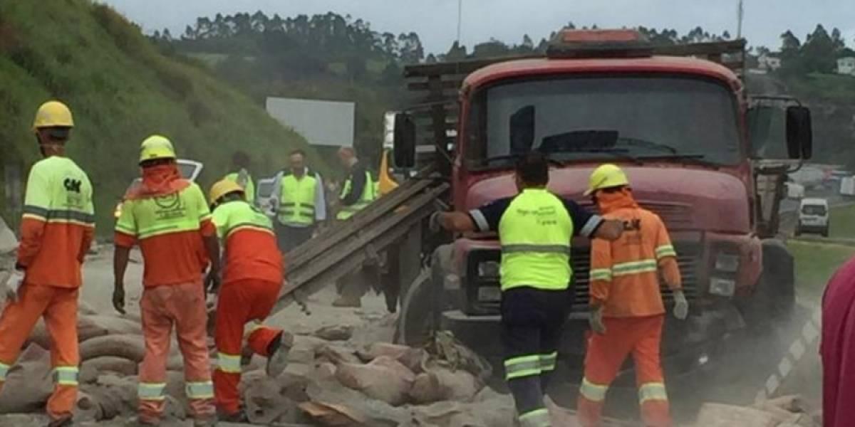 Acidente entre caminhões derrama cimento e deixa feridos na Régis Bittencourt