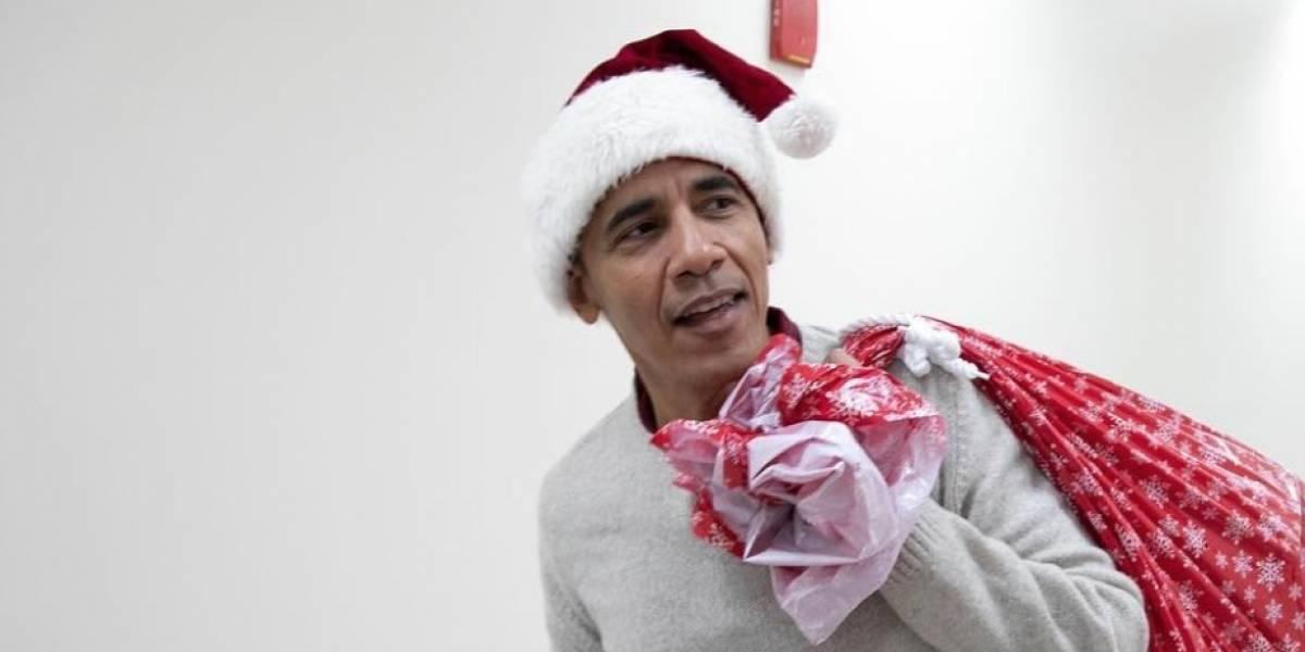 """Obama se convierte en """"Santa"""" y entrega regalos a niños en hospital"""