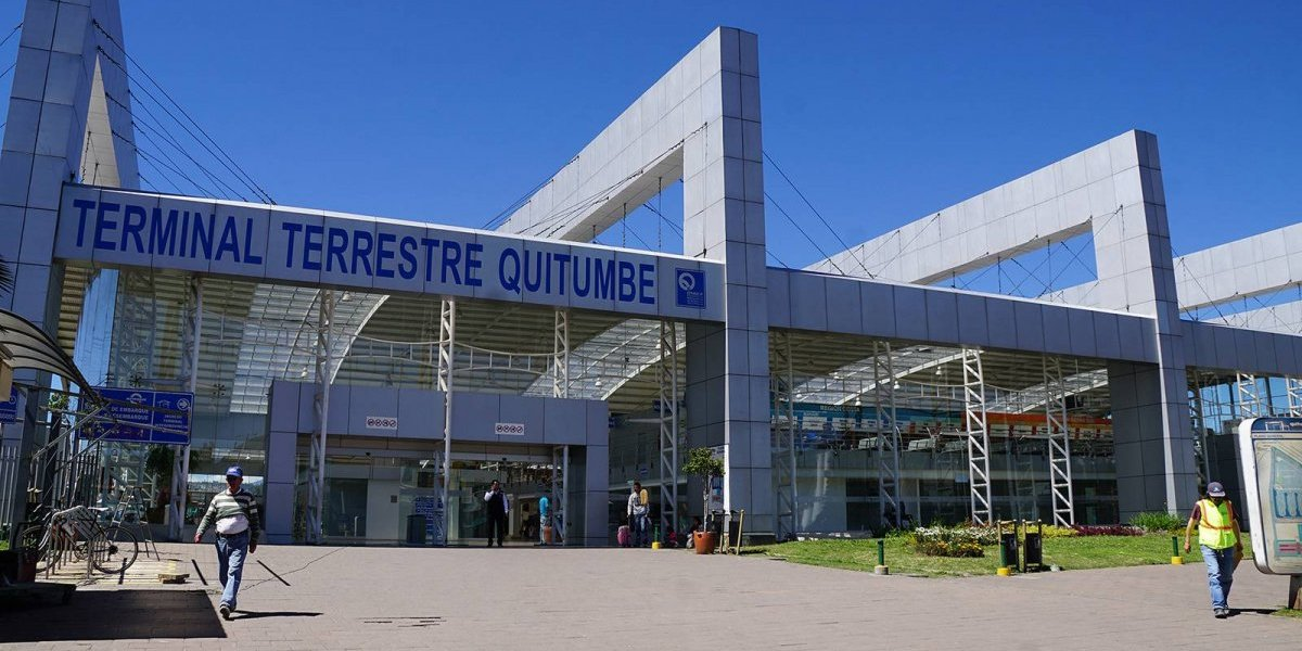 Usuarios llegan a terminales de Quito por feriado navideño
