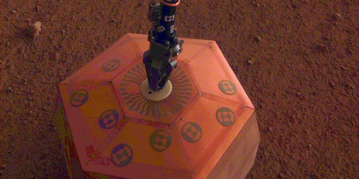 Sonda de la NASA instala sismógrafo en Marte