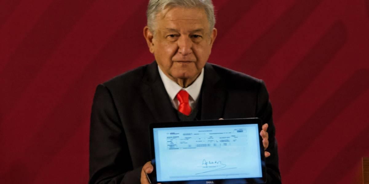López Obrador promete revisar despidos en el SAT