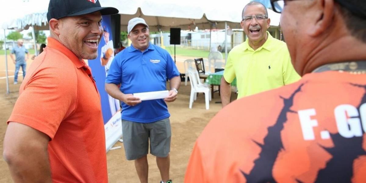 Iván Rodríguez dona uniformes a 50 niños en Toa Baja