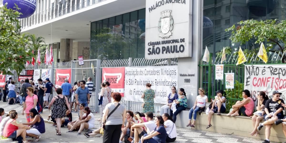 Professores de São Paulo fazem greve na segunda; metroviários ameaçam paralisação