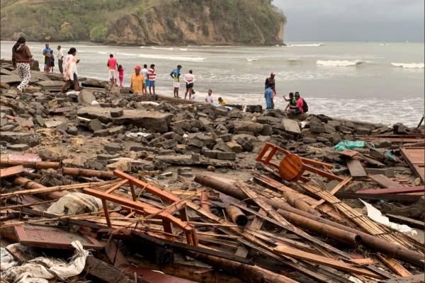 Alerta de fuerte oleaje en las costas ecuatorianas continuará todo el feriado