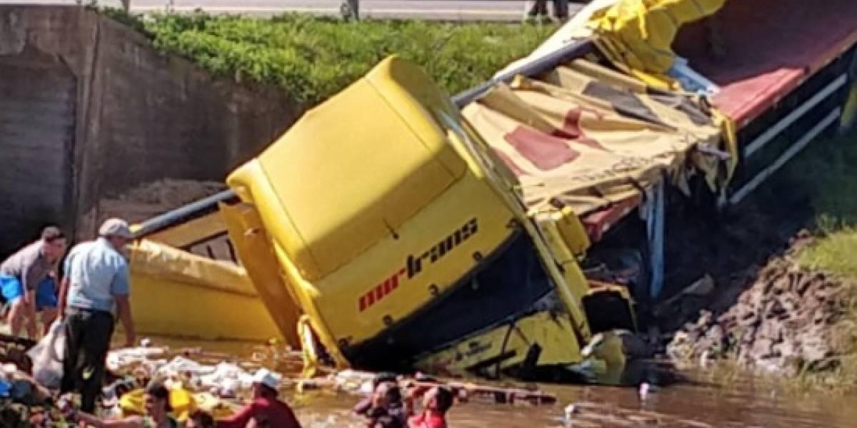 Camión que transportaba cervezas se vuelca y todos los litros cayeron a un río: vecinos se lanzaron a las aguas