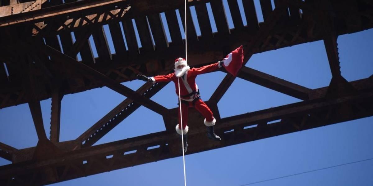 ¡Santa Claus desciende del puente para rescatar la sonrisa de los niños!