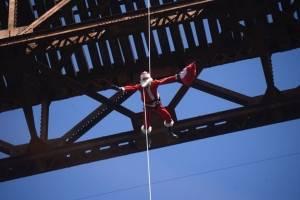 El mayor Héctor Chacón baja como Santa Claus en puente Las Vacas
