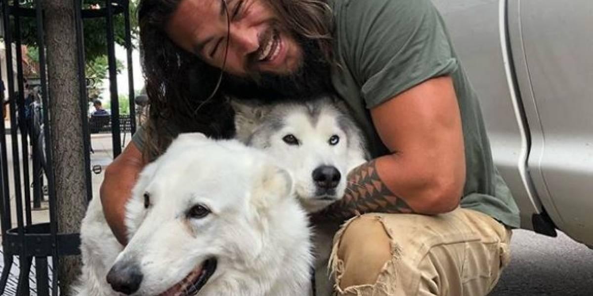 Jason Momoa se coló en las fotos de unos recién casados en Hawái y los fanáticos no superan lo que hizo con el tridente
