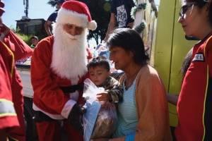 Reciben juguetes de Santa Claus en puente Las Vacas