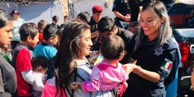 Policías tapatíos salen a repartir juguetes a niños de escasos recursos