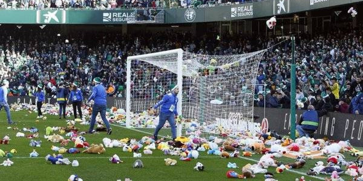 VIDEO: Afición del Real Betis arroja peluches al terreno de juego