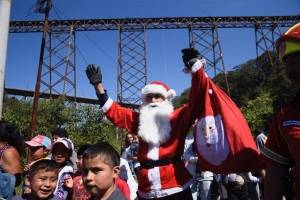 El mayor Chacón entregó juguetes a los niños en puente Las Vacas