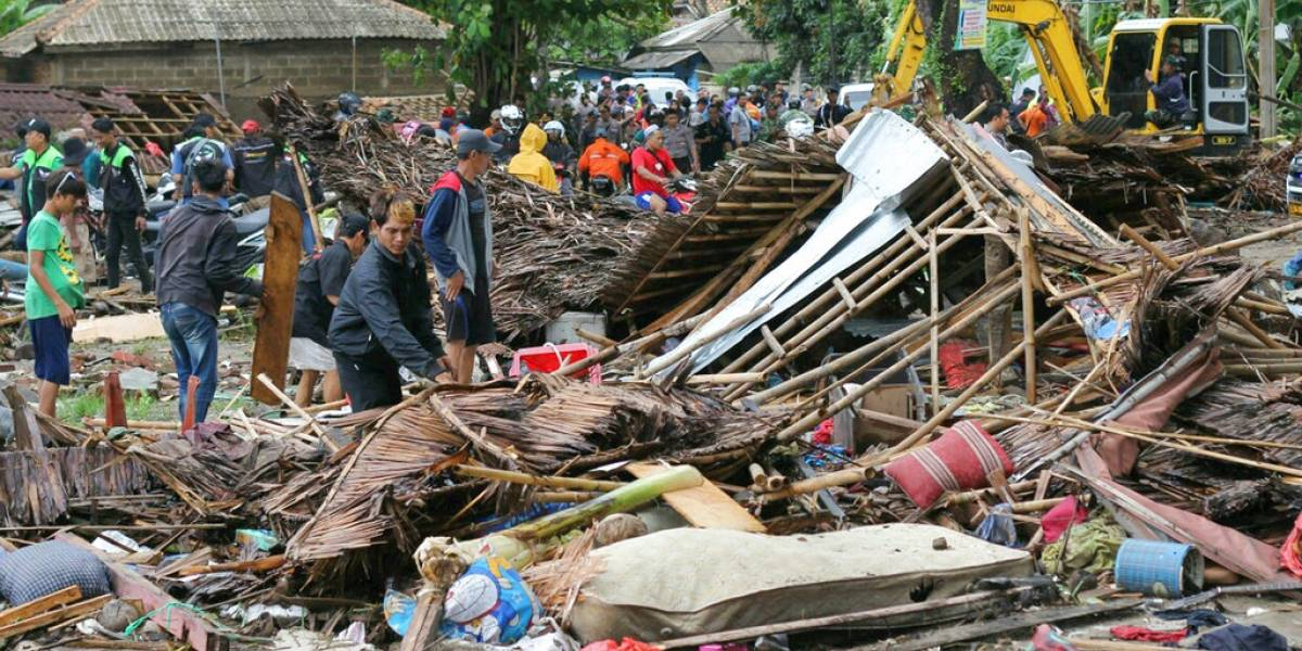Tras una erupción volcánica: devastador tsunami deja al menos 222 muertos y 843 heridos en Indonesia