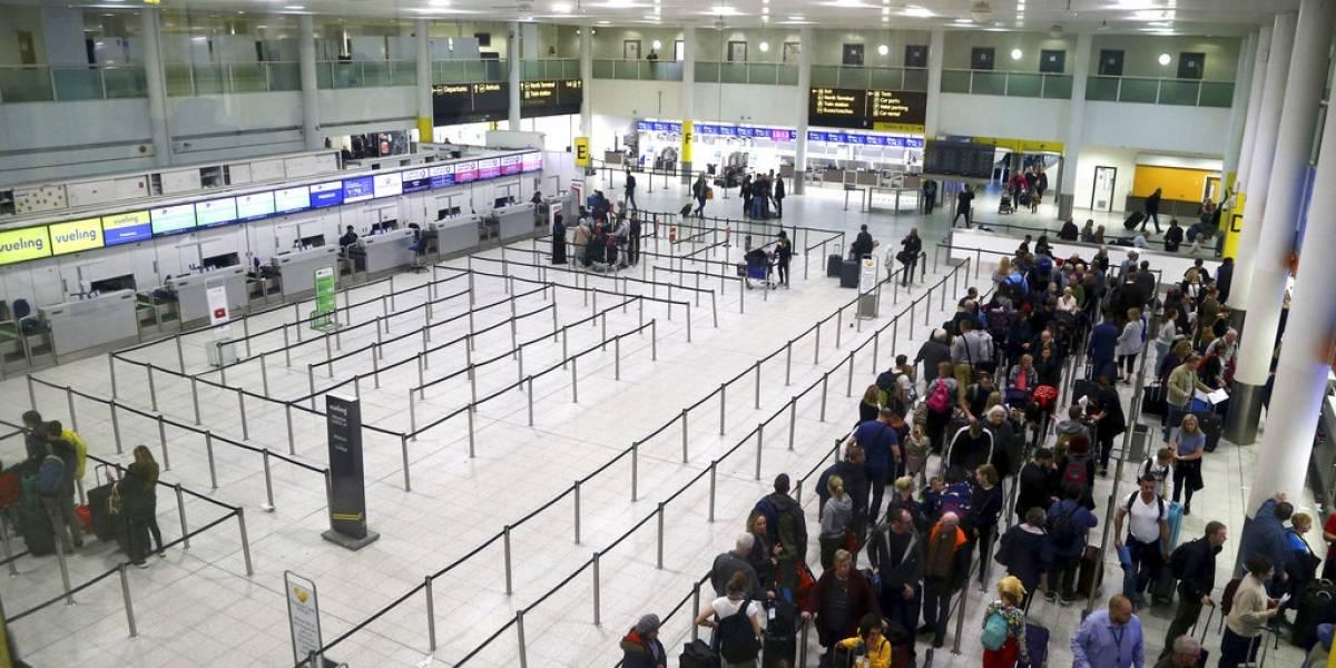 Policía británica libera a dos sospechosos por volar drones que obligaron a cerrar aeropuerto de Gatwick en Londres