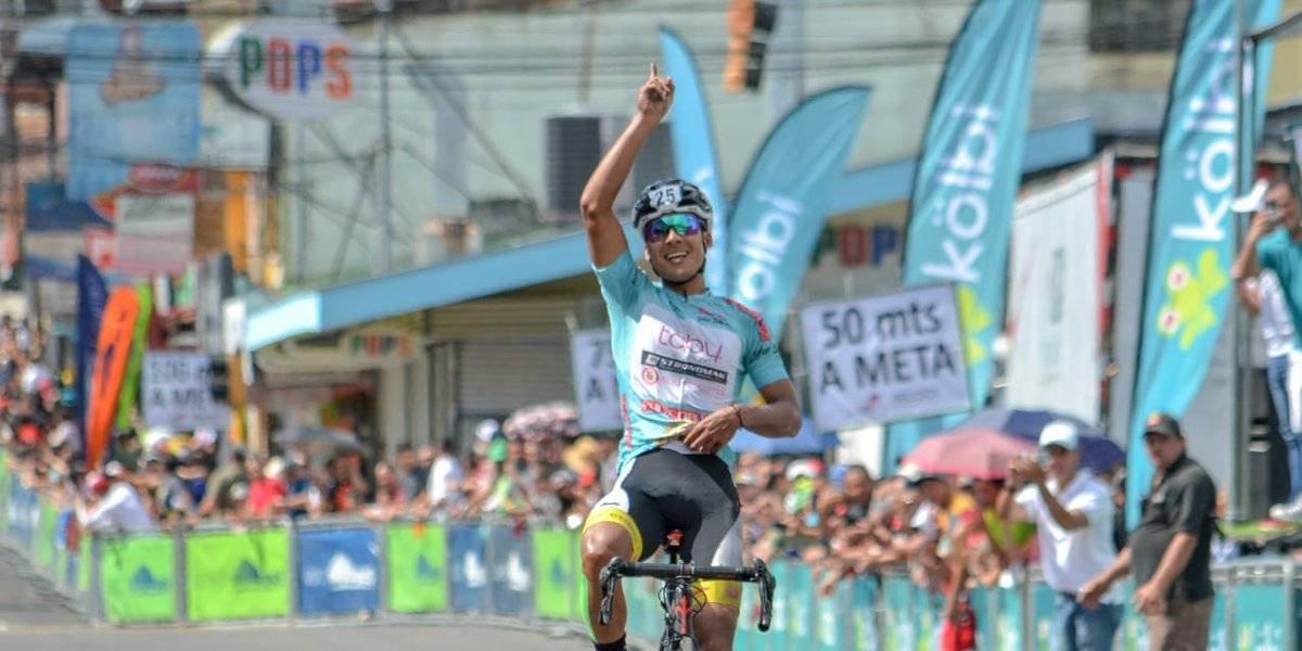 VIDEO: Ciclista cae a pocos metros de la meta por festejo anticipado