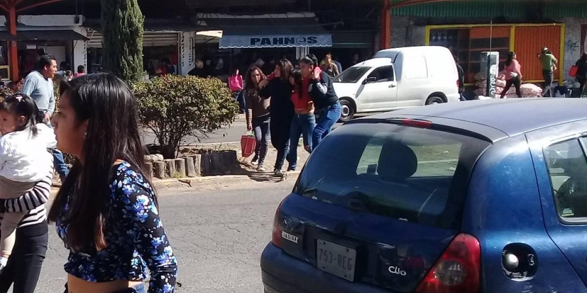 Pánico en mercado de Puebla por asalto armado