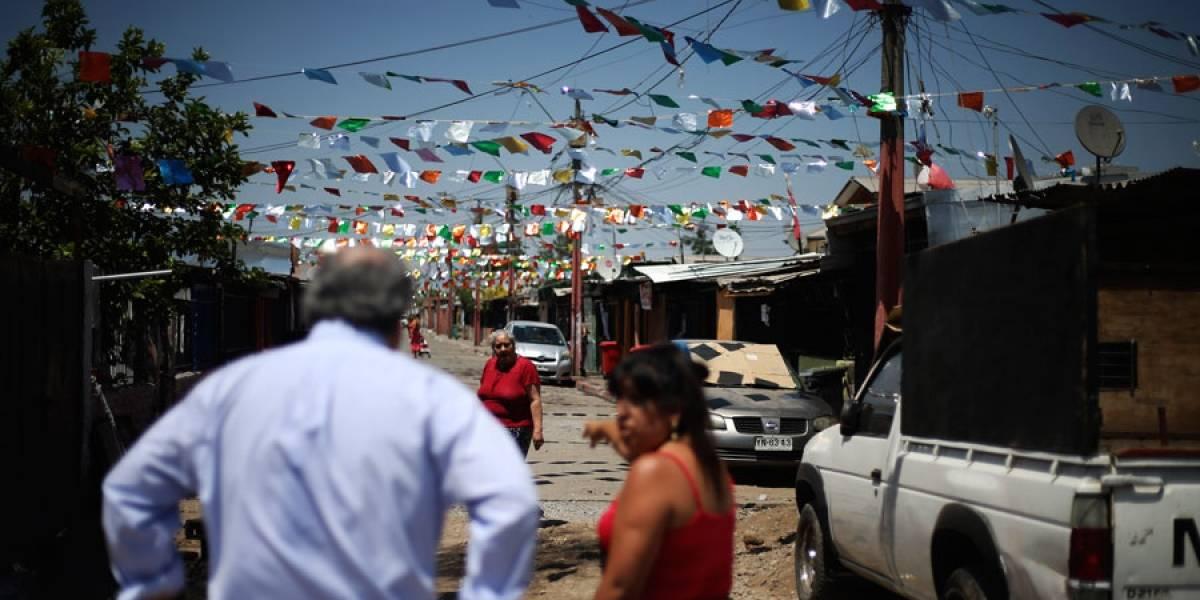 """Ministro visitó población la Legua para compartir """"una Navidad sin muros"""""""