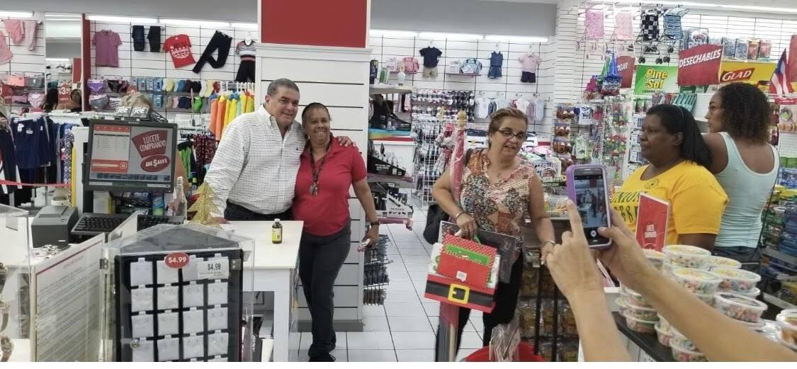 Santini se tomó fotos con personas que visitaban el área comercial de Río Piedras.