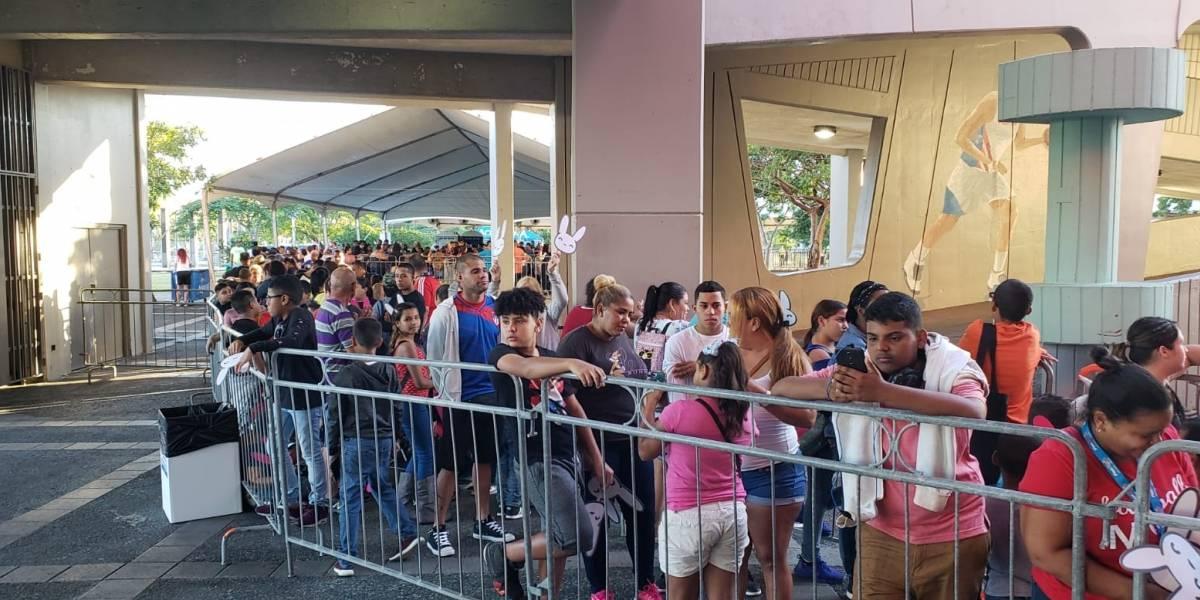 Comienza a llenarse fila para recibir regalos de Bad Bunny